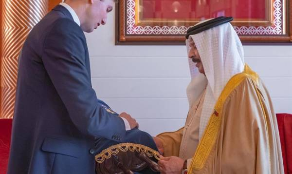 Jared Kushner Gives Torah Scroll to the King of Bahrain